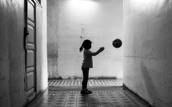 prigione bambina palla