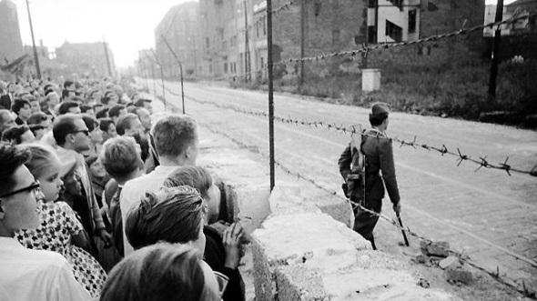 Muro contro muro: apparentemente invalicabile, il Muro di Berlino era tenuto in piedi solo dall'idea che fosse necessario.